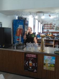 Naše skvělá barmanka Lenka, která si pochutnává na kávě z našeho kávovaru