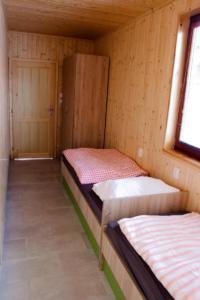 Pohled na menší pokoj s dvěma lůžky